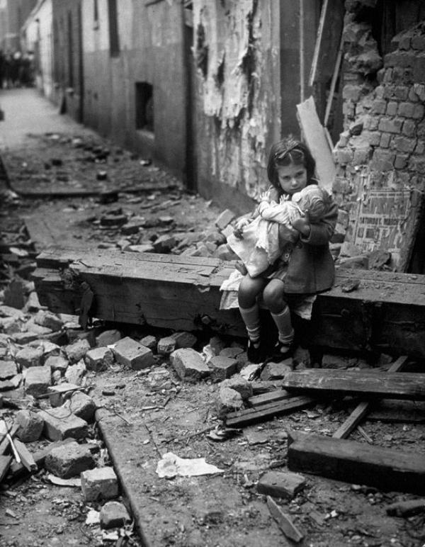 Une petite fille et sa poupée, Londres 1940.