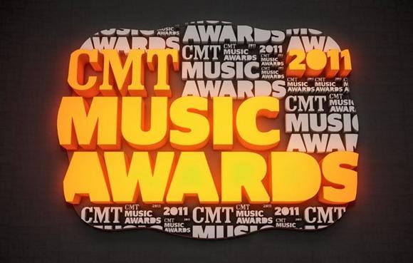 Justin s'est rendu comme prévu aux CMT Awards. Le groupe Rascal Flatts et lui ont gagné l'award de la meilleure collaboration dans un clip!