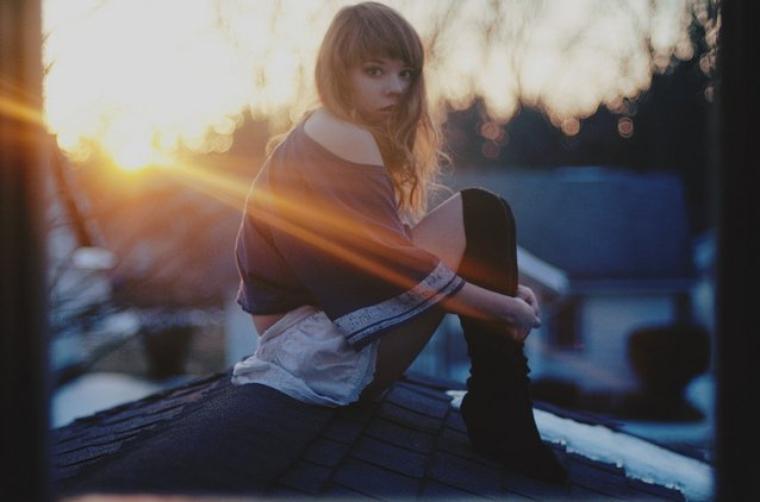 J'ai essayé de gérer ça, mais quand je te regardes je brûle et je fond, je perds tout courage, tu fais battre mon coeur à toute allure. Fait moi décoller, tu es ma kryptonite, tu m'affaiblis, je suis gelé et je ne peux plus respirer. Je suis en train de me tuer à te montrer que j'ai besoin de toi près de moi, là maintenant. Car tu as cette chose. Alors, sors de ma tête, tombes dans mes bras à la place. Je ne sais pas ce que c'est, mais j'ai besoin de cette chose, et tu as cette chose. Maintenant je suis en train de tout faire pour que tu me remarques, je suis en train de me surpasser, jour et nuit. C'est trop fort pour moi, je suis en train de me tuer pour savoir ton nom, et j'ai besoin de toi près de moi maintenant, parce que tu as cette chose.