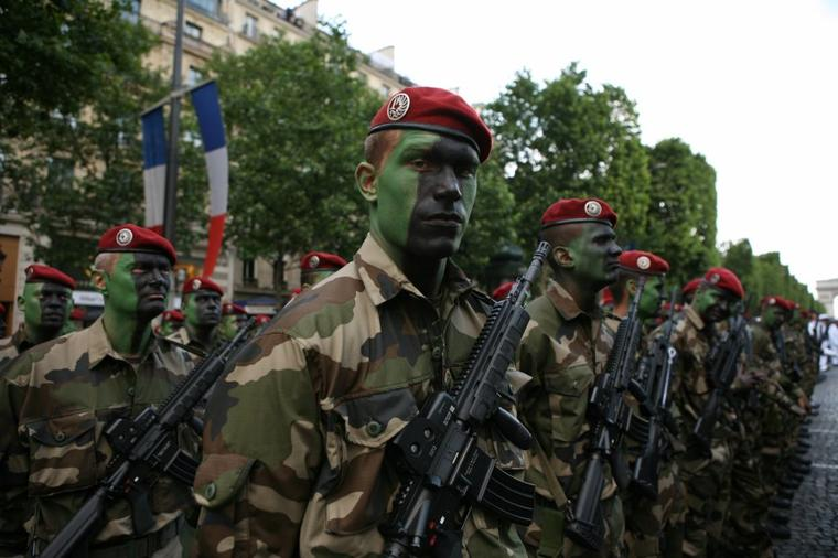 Le 14 Juillet , au lieu d'admirer nos force de guerre nous devrions marcher pour la Paix