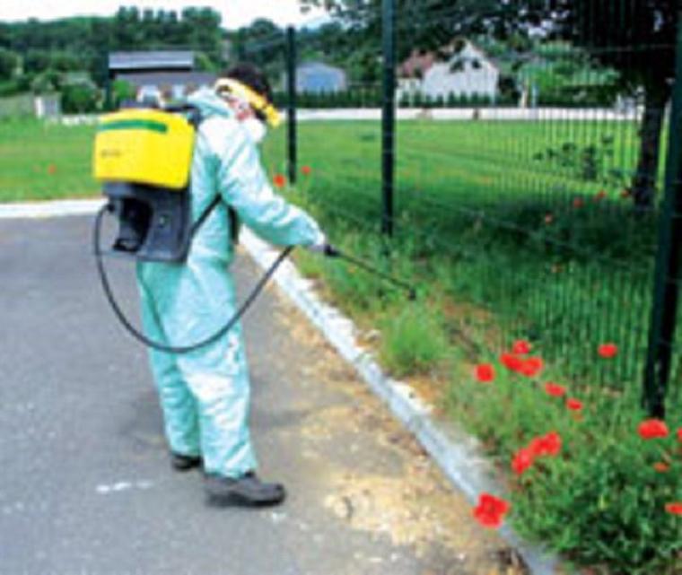 Pesticides : l'interdiction avancée à 2016, l'épandage près des écoles mieux encadré
