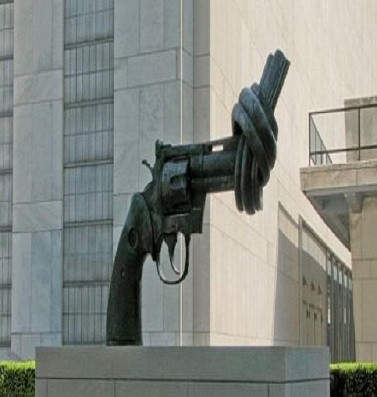 Croire que la paix puisse s'obtenir par la violence, c'est sacrifier le présent à un idéal futur ; et cette recherche d'une fin juste par des moyens faux est une des causes du désastre actuel