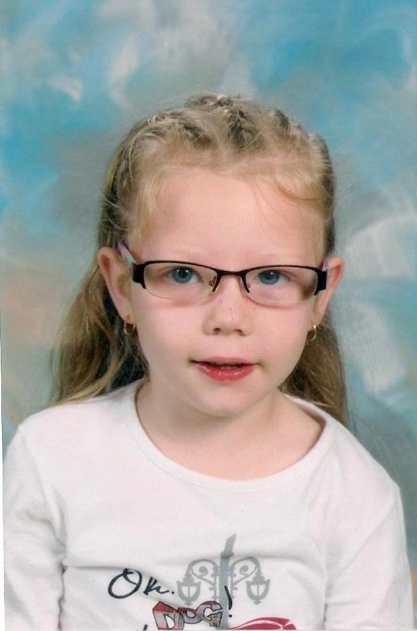 voici la deuxiéme photo d'école a ma fille maéra a l'age de 4 ans et demi.