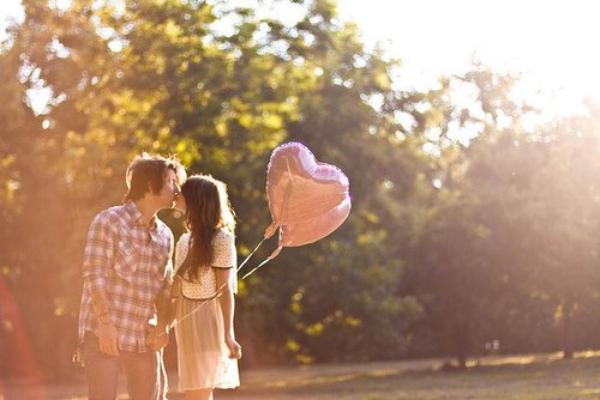 Je pourrais te dire que je t'aime, que tu es le plus beau à mes yeux, le plus formidable, le plus attendrissant de tous les garçons briseurs de coeur que j'ai croisé dans ma vie, mais.. J'attends. Car tous ces lâches ont fait de moi une personne méfiante envers l'amour. Et si tu es vraiment la personne que j'imagine, alors tu comprendras.