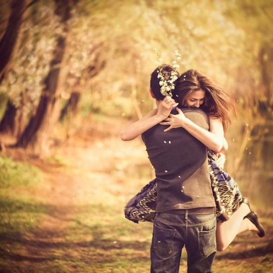 Je n'ai jamais ressenti de bonheur comparable à celui que j'éprouve quand après l'absence viennent nos retrouvailles. Tu sais, ce bonheur tellement intense qu'il nous plonge dans une bulle rayonnante d'amour et de plénitude, où nous oublions tout ce qui nous entoure, dans un élan de passion égoïste, mais incontrôlable. Mon trésor. Ma joie de vivre ne porte qu'un seul nom. Le tien.