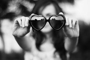 - Tu crois qu'il m'aime ? - Non, il te prend pour une conne, depuis le début mais t'es trop amoureuse pour le voir.