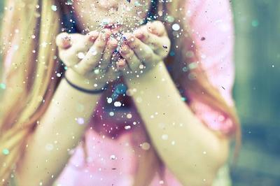 Je n'y arrive plus. Je n'arrive plus à m'obliger de sourire. C'est tellement dur, mes sourires sur mes lèvres sont des mensonges, je me demande même comment les autres font pour y croire. J'en ai marre de devoir prétendre être heureuse ave les personnes qui m'entourent, alors que la seule chose que j'attend avec imaptience c'est partir, et ne plus jamais les revoir. Pourquoi faut il toujours qu'on profite de moi, qu'on dise m'aimer alors que c'est faux ? J'ai l'air aussi faible que sa ? Je n'arrive plus à tenir, mentir à ce point c'est au dessus de mes forces. J'aimerai que certaines personnes se souviennent de toutes les promesses qu'elles ont pu me faire, j'aimerai qu'elles se souviennent aussi qu'elles ne les ont pas tenues. J'attend juste le moment parfait pour dévoiler mes sentiments, tout ce que je ressens, puis partir. On m'a toujours pris les gens qui compter le plus pour moi, et on a beau me dire je t'aime maintenant sa ne sert plus à rien ; je n'arrive plus a y croire.