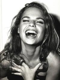 Il y a du consentement dans le sourire, tandis que le rire est souvent un refus.