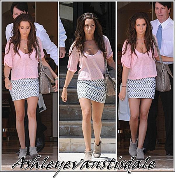 Jeudi 30 Juin : Ashley est sa Mer On etait vu faire du shopping pour son Anniversaire. ( Desolei j'ai pas mit sa mer ).