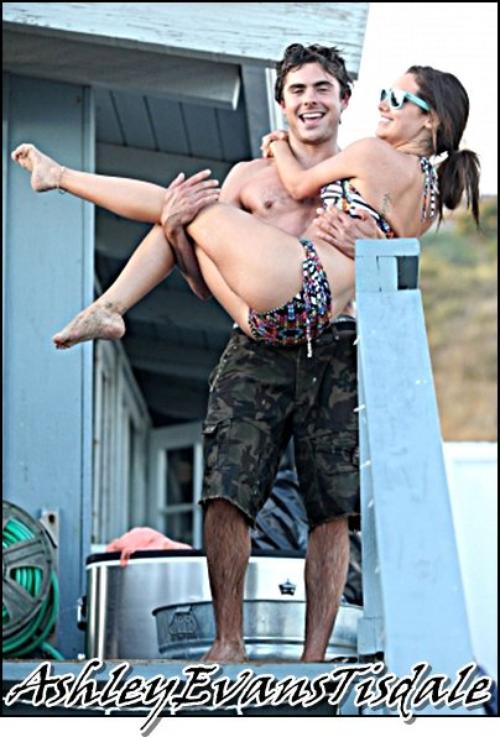 Samedi 02 Juilliet : Ashley a fait la fete avec Zac Efron est d'Autres Amis.Les Rumeur de Ashley & Zac sont plutot Bonne, Il parait que sais plus que des Amis.Mais Ashley a confirmé netre pas Avec Zac. ( Dommage )