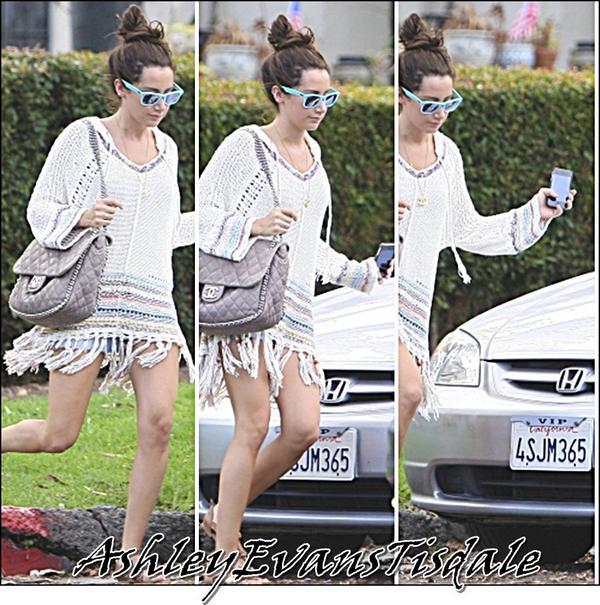 Le 8 Juilliet : Ashley a été chez des Amis dans Hollywood. ( Elle tien son iPhone dans sa main Droite ).