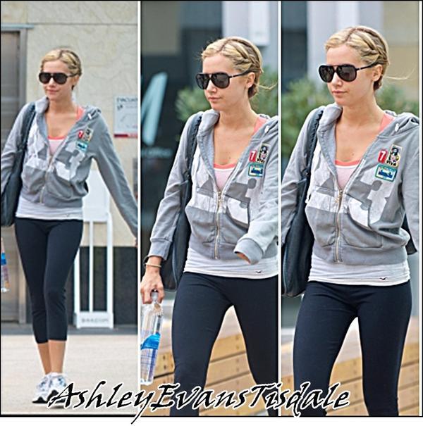 Le 11 Juilliet : Ashley Tisdale a été aperçue dans la matinée, arrivant et quittant le club de gym à West Hollywood.
