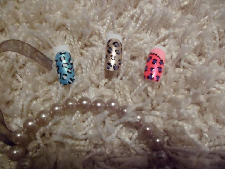 Nail art Léopard sur faux ongles.