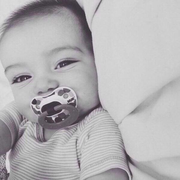 Je déteste quand les nouveaux parents demandent à qui le bébé ressemble. Il est né il y a 15 minutes, il ressemble à une pomme de terre.