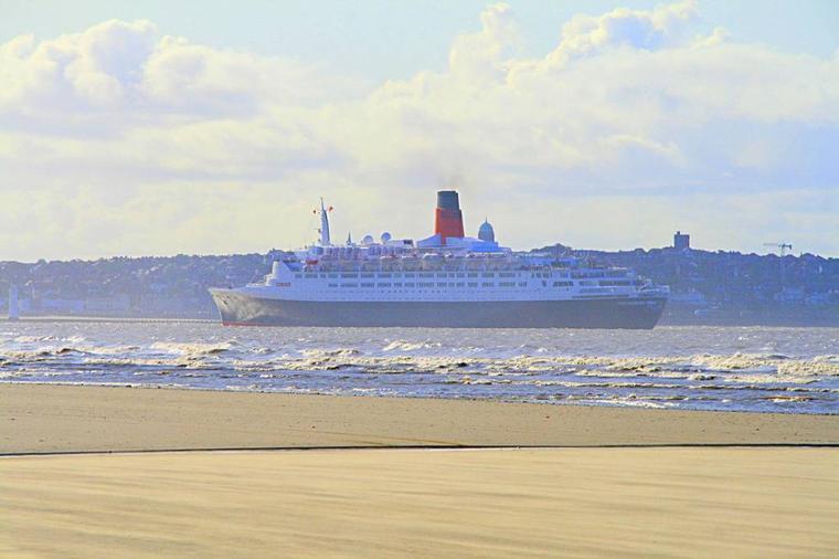 CUNARD QE2  - Queen Elizabeth 2 arrivant à Liverpool
