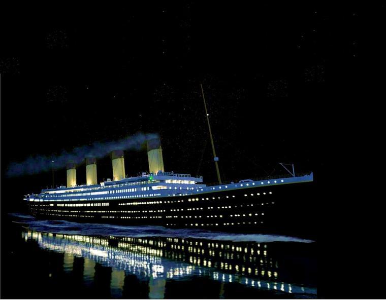 Le RMS TITANIC navigue à pleine vitesse dans la nuit noire