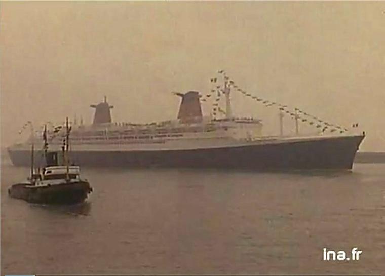 En route pour l'Atlantique-nord à destination de New-York... s/s FRANCE quitte Le Havre