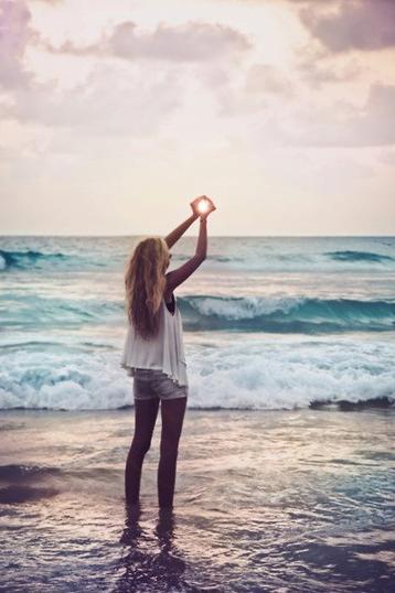 """"""" La vie est trop courte pour se lever le matin avec des regrets. Alors, aimez les personnes qui vous traitent bien, et oubliez celles qui ne le font pas. """""""