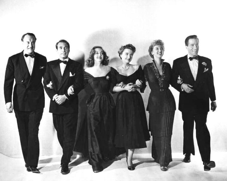 """George SANDERS est un acteur britannique, né le 3 juillet 1906 et mort le 25 avril 1972, qui a partagé sa carrière entre le Royaume-Uni et les États-Unis. Il a remporté l'Oscar du meilleur acteur dans un second rôle pour sa composition de critique raffiné et sarcastique dans """"All About Eve"""" de Joseph L. MANKIEWICKZ. George SANDERS, qui avait si souvent incarné au cinéma les personnages au flegme gentleman et à l'esprit cynique, s'est suicidé le 25 avril 1972 en Catalogne dans sa chambre d'hôtel à Castelldefels, au sud de Barcelone, en ingérant un cocktail de Nembutal et de vodka pour abréger les souffrances d'une longue maladie. Il a laissé ce mot pour expliquer son geste : « Je m'en vais parce que je m'ennuie. Je sens que j'ai vécu suffisamment longtemps. Je vous abandonne à vos soucis dans cette charmante fosse d'aisance. Bon courage.»"""