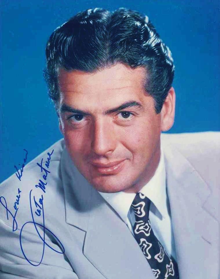 """Victor MATURE, de son vrai nom Victor Joseph MATURI, est un acteur américain né le 29 janvier 1913 à Louisville dans le Kentucky et mort le 4 août 1999 à Rancho Santa Fé, Californie. Il connut son heure de gloire dans les années 1950 avec plusieurs rôles marquants d'hommes forts au caractère bien trempé, servi par un visage particulier. Il était une « gueule » d'Hollywwod, mais aussi un physique. Il fut l'un des premiers acteurs dont on mit en avant la plastique, notamment ses pectoraux imposants. C'est ce qui explique qu'il fut à son aise dans des peplums tels que """"Samson et Dalila"""" ou """"La Tunique"""". À partir des années 1960, il prit progressivement sa retraite en assurant que le métier d'acteur n'avait été qu'un moyen de gagner sa vie, sans ambition artistique particulière."""