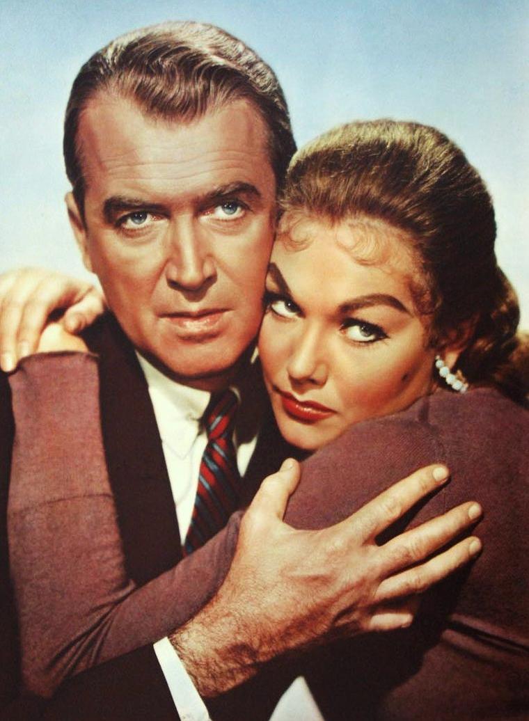 """FILM / """"Sueurs froides"""", (""""Vertigo"""" en version originale), est un film américain réalisé par Alfred HITCHCOCK, sorti en 1958, mettant en scène James STEWART et Kim NOVAK dans un scénario inspiré du roman """"D'entre les morts"""" de BOILEAU-NARCEJAC. S'il a rencontré un succès mitigé à sa sortie, """"Vertigo"""" est aujourd'hui classé parmi les plus grands films de l'histoire du cinéma. / SYNOPSIS / À San Francisco, Scottie est un homme qui ne supporte pas l'altitude et a souvent des crises de vertige, très gênantes dans sa fonction de policier. Après la mort d'un de ses collègues, accident qui déclenche son acrophobie, il quitte la police. Une de ses connaissances, Gavin ELSTER, le contacte afin de suivre sa femme, qu'il prétend possédée par son aïeule, Carlotta VALDES. D'abord réticent, Scottie finit par accepter. Après de longues scènes où il file la jeune femme, il se rend compte par lui-même qu'il y a une part de vérité dans ce que disait son ami d'enfance. Lorsque Madeleine, la jeune femme, tente de se suicider en se jetant dans la baie de San Francisco, il la sauve de la noyade in extremis et la ramène chez lui. Il fait sa connaissance et est de plus en plus fasciné par la folie douce qui l'a poussée à tenter de se suicider. Ils tombent amoureux l'un de l'autre, mais Madeleine est la victime d'une nouvelle crise de folie, et se jette du haut de la tour d'une église ; Scottie, terrassé par son acrophobie, n'a pas pu la suivre et la sauver. Après plus d'une année de dépression et de mutisme, il commence à retourner dans les rues, dans les endroits qu'il a connus avec Madeleine. Il croit la voir partout mais il est déçu. Au détour d'une rue, il rencontre Judy, aussi rousse que Madeleine était blonde, mais avec pourtant les mêmes traits, le sosie de la disparue. Après l'avoir suivie, hébété, il l'aborde et ils finissent par sortir ensemble. Il lui colore les cheveux en blond, lui achète le tailleur que portait la défunte, bref, il la remodèle de façon à la transformer en Mad"""