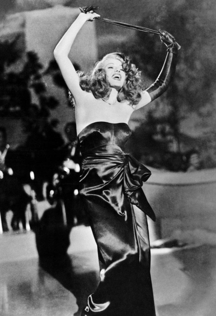"""ANTHOLOGIE / Le morceau d'anthologie du film """"Gilda"""" est la chanson interprétée et dansée par Rita HAYWORTH """"Put the Blame on Mame"""", au cours de laquelle elle retire de manière suggestive son long gant noir. Comme pour Amado mio, c'est Anita ELLIS qui lui prête sa voix. Mais plus tôt dans le film, c'est bien Rita HAYWORTH qui chante la version de """"Put the Blame on Mame"""" avec guitare. / Une expédition enterra une copie du film au pied de la cordillère des Andes pour qu'il soit destiné à la postérité. / À la sortie du film, un disque fut vendu sur lequel, à travers un stéthoscope, avaient été enregistrés les battements du c½ur de Rita HAYWORTH. / À son corps défendant, le nom « Gilda » aurait été inscrit sur l'une des bombes atomiques testées en 1946 sur l'atoll de Bikini. Le fait qu'une photo de Rita HAYWORTH aurait été collée sur un engin serait une légende."""