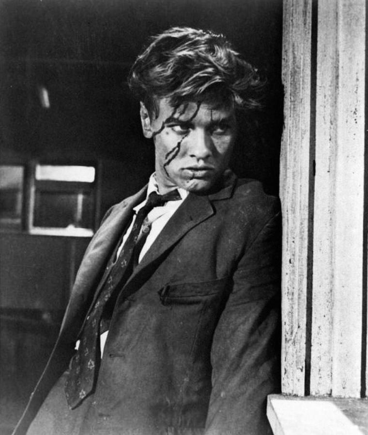 """Richard DAVALOS (souvent crédité Dick DAVALOS) est un acteur américain, né le 5 novembre 1930 à New York (État de New York). Au cinéma, Richard DAVALOS contribue à seulement seize films américains à ce jour. Le premier est """"À l'est d'Éden"""" d'Elia KAZAN, avec James DEAN et Julie HARRIS, sorti en 1955."""