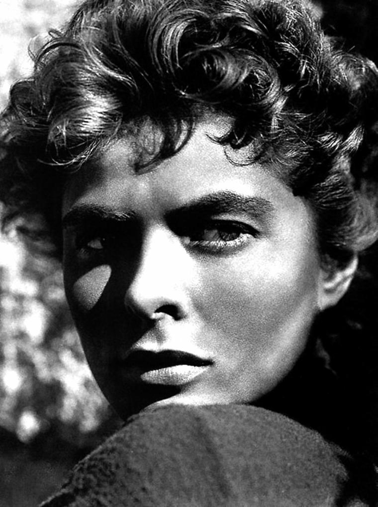 """Ingrid BERGMAN, née le 29 août 1915 à Stockholm, Suède et décédée le 29 août 1982 à Londres, Royaume-Uni, est une actrice suédoise. Ingrid BERGMAN a déjà tourné quelques films en Suède lorsque le producteur David O. SELZNICK lui propose en 1939 de reprendre le rôle principal du remake américain d'""""Intermezzo"""", ce qui la fait connaître dans son pays. Sa carrière internationale est lancée et sa popularité s'accroît de films en films : """"Casablanca"""", """"Pour qui Sonne le Glas"""", """"Hantise"""" (qui lui vaut l'Oscar de la meilleure actrice) et """"Jeanne d'Arc"""" en font la star mondiale la plus désirée et la mieux rémunérée. Ingrid BERGMAN connaît son apogée avec trois films d'Alfred HITCHCOCK : """"La Maison du docteur Edwardes"""", """"Les Enchaînés"""" et """"Les Amants du Capricorne"""". Elle fait scandale lorsqu'elle part rejoindre le metteur en scène Roberto ROSSELLINI, laissant derrière elle son mari et sa fille, pour tourner """"Stromboli"""". Les attaques conjointes de groupements religieux, d'associations féministes et même de politiciens la font bannir du cinéma américain pendant 7 ans. En 1956, elle tourne à Paris avec Jean RENOIR dans """"Elena et les Hommes"""", puis à Londres dans """"Anastasia"""", qui lui vaudra un deuxième Oscar. Ingrid BERGMAN est entrée dans l'histoire du cinéma comme l'une de ses plus grandes actrices. En 1999, """"L'American Film Institute"""", dans son classement AFI's 100 Years… 100 Stars, l'a placée au quatrième rang du panthéon des plus grandes actrices du cinéma américain."""