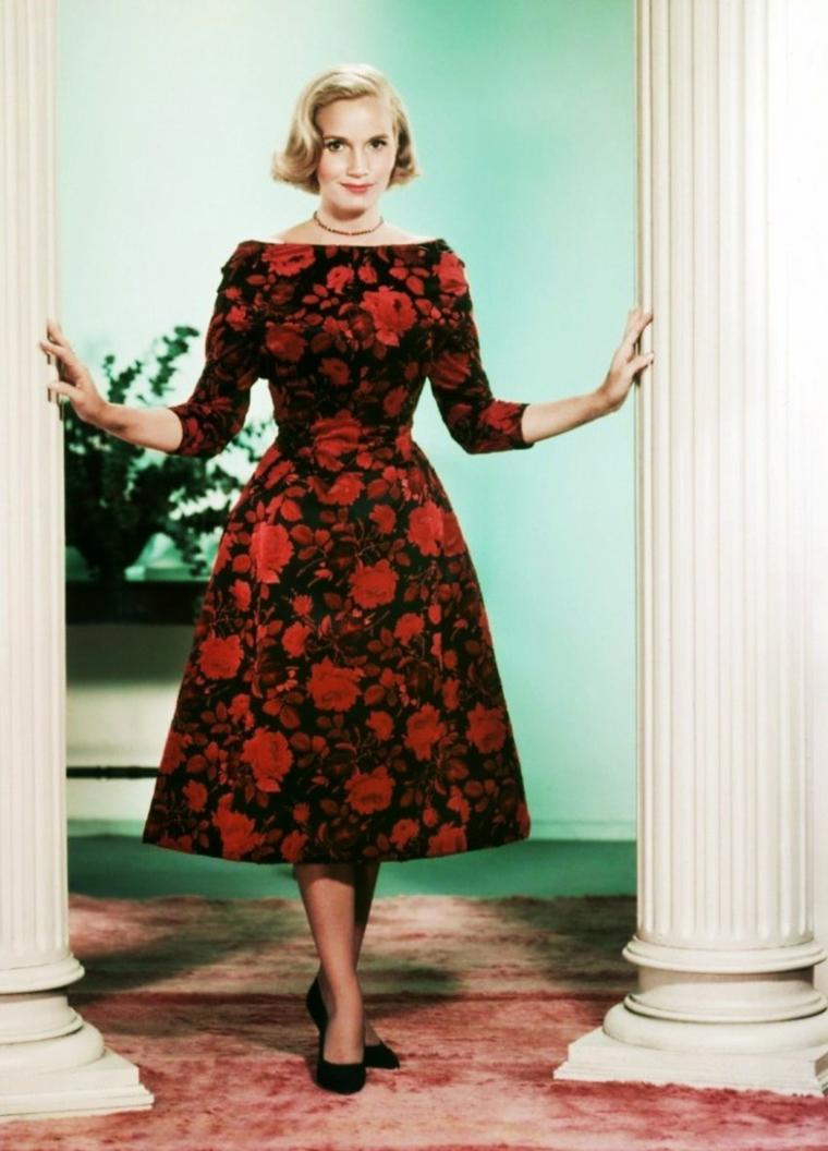 """Eva Marie SAINT est une actrice américaine, née en 1924 à Newark, dans l'État du New Jersey. Comme l'actrice choisissait ses rôles avec rigueur, sa filmographie est relativement modeste quantitativement, mais elle a tourné avec les réalisateurs les plus prestigieux, dans des films de premier plan. En 1959, elle rencontre Alfred HITCHCOCK, pour qui elle incarne Eve KENDALL dans """"La mort aux trousses"""", face à Cary GRANT."""