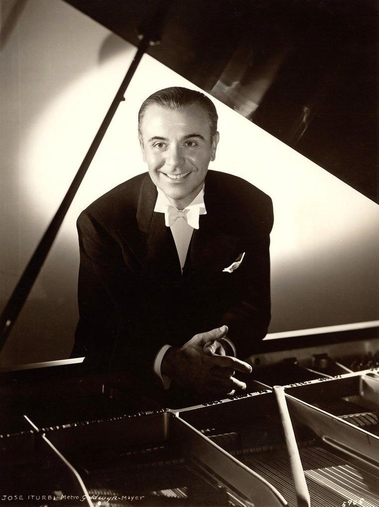 """On trouve également dans le film """"Escale à Hollywood"""", les acteurs Billy GILBERT et surtout Jose ITURBI, pianiste, chef d'orchestre et compositeur, jouant son propre rôle..."""