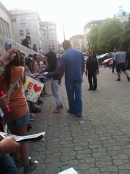 06/05/12: Selena signe des autographes à Sofia en Bulgarie.