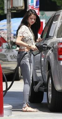 26/05/12: Selena fait le plein d'essence