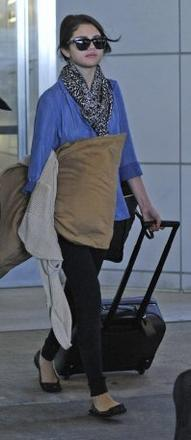 08/06/12: Selena Gomez à l'aéroport JFK
