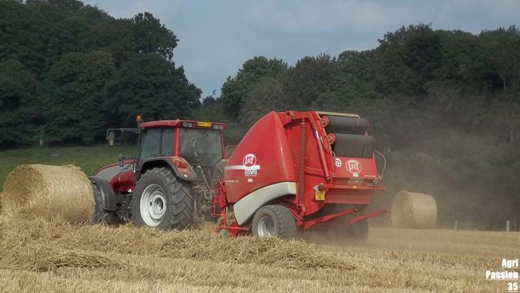 Pressage de paille de blé 2011 : Doublet de Valtra T130