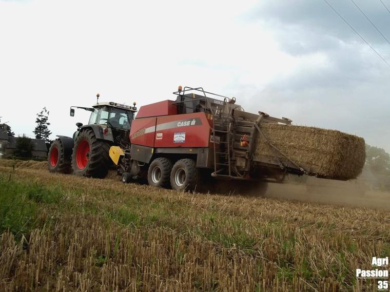 Pressage de de blé 2011 : Fendt 924 Vario Tms & Case LBX 432