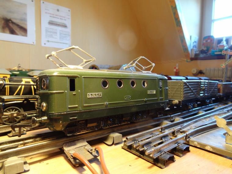 Des trains-jouets JEP et Hornby