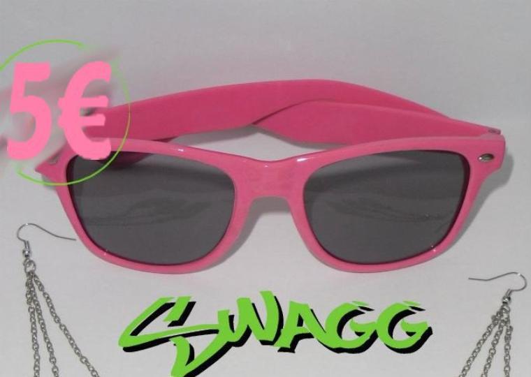 lunette soleil , couleur rose fluo