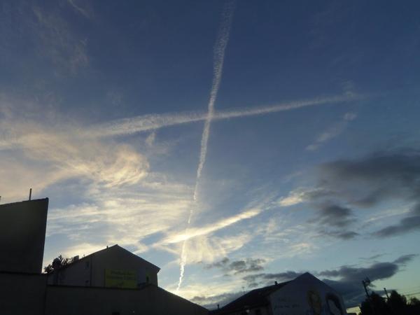 (1/2)CHEMTRAILS à la RAI 2, télé italienne. foto du Ciel Narbonne 7 oct 2012 vers 18 h...