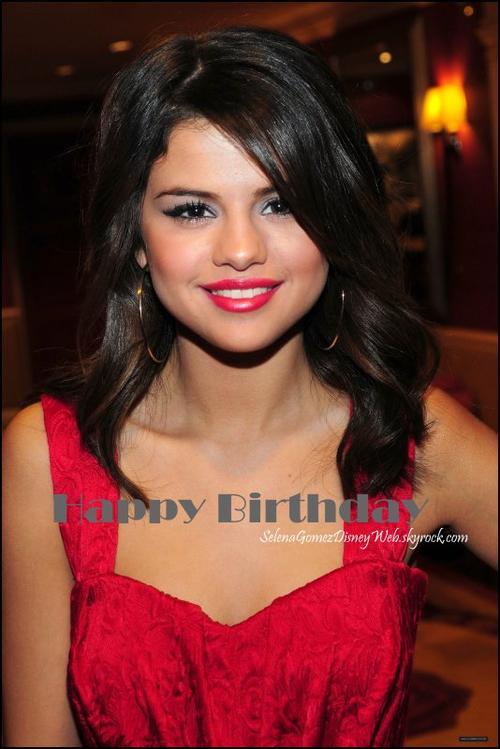 On souhaite tous un Happy Birthday a Selena ! Elle fete aujourd'hui ses 19 ans !