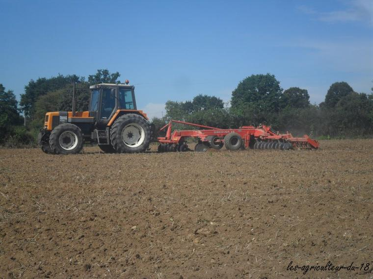 Travaille de la terre --- Renault 155.54 avec un crover crop Kuhn