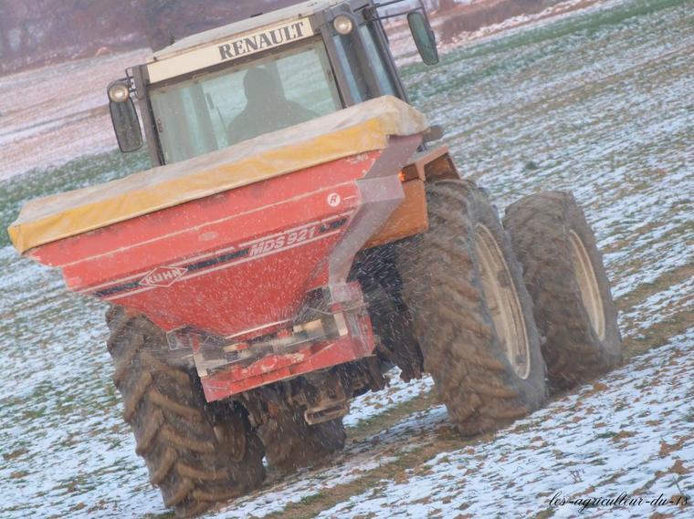 Engrais 2012 --- Renault 113.14 et un épandeur kuhn MDS 921