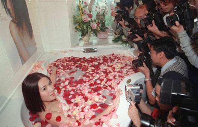 Loletta Lee sexy dans un bain de pétales de roses