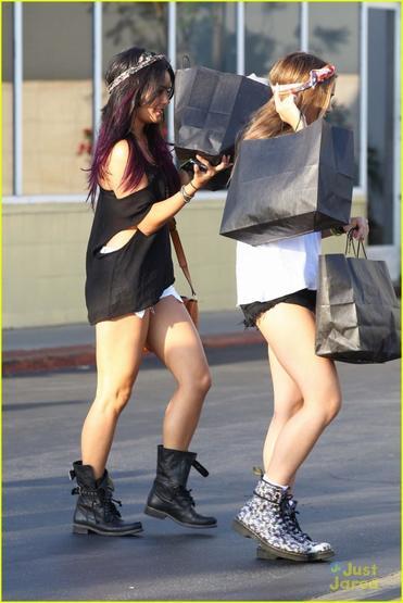 Les soeurs hudgens font du shopping dans l'après midi du 15/06/2012