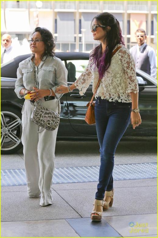 Des photos de Vanessa et sa maman à Beverly Hills pour un rdv d'affaire le 20/06/2012