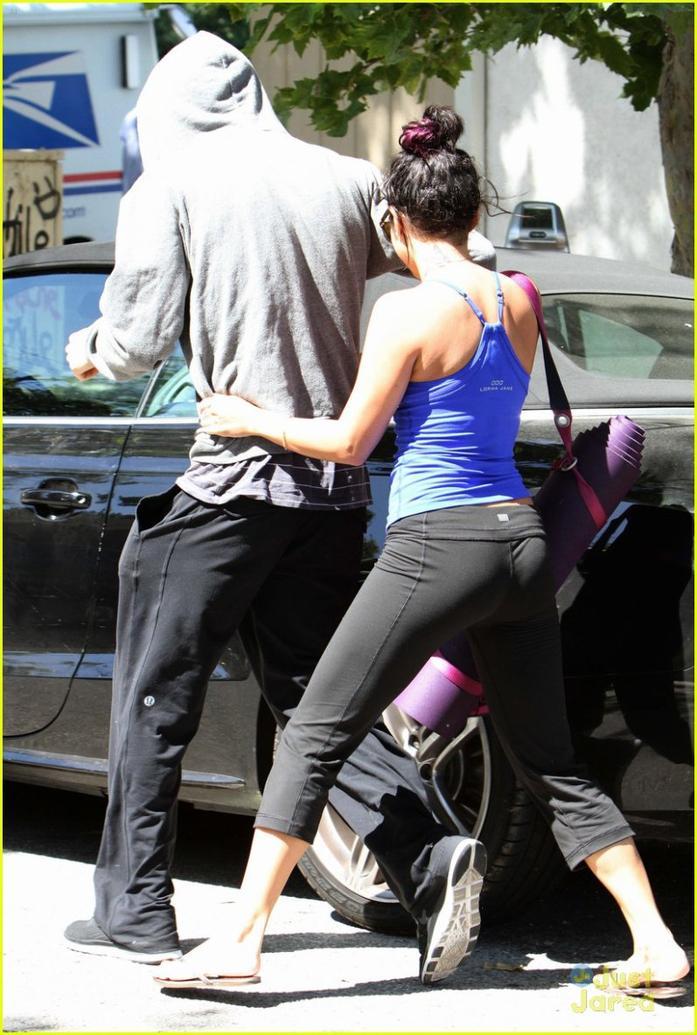 Nessa et Austin sorant d'un cours de YOGA le 23/06/2012