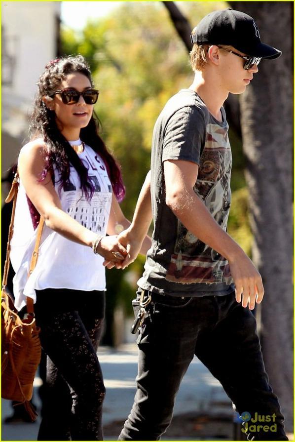 Nessa rejoignant  Austin au Sun Café d'L.A puis le couple le quittant le 25/06/2012