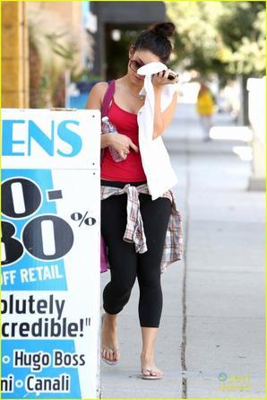 Vanessa cachant son visage des pap's à la sortie de son cours de YOGA à L.A le 29/08/2012