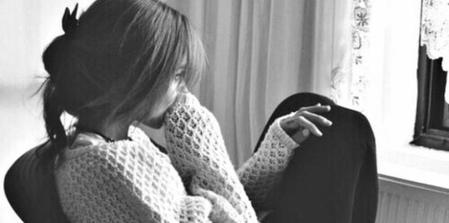 """""""C'est drôlement dangereux de s'attacher à quelqu'un, c'est incroyable ce que ça peut faire mal. Rien que la peur de perdre l'autre est douloureuse. Sans nouvelles de lui tout s'écroulait autour de moi. C'est moche de guetter un signe de quelqu'un pour se sentir heureux."""" ~ Inconnu."""