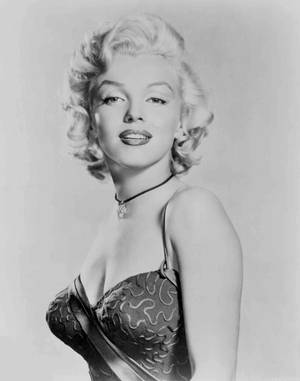 """1953 / by Frank POWOLNY... Le 28 juillet 1953, Marilyn reçoit le prix """"The Best Friend a Diamond ever had"""" décerné par la """"Jewerly Academy"""" (l'Académie des bijoux). Marilyn, qui est alors en plein tournage du film """"Gentlemen Prefer Blondes"""", porte l'une des robes du film : on lui remet une médaille puis elle pose pour des portraits publicitaires."""