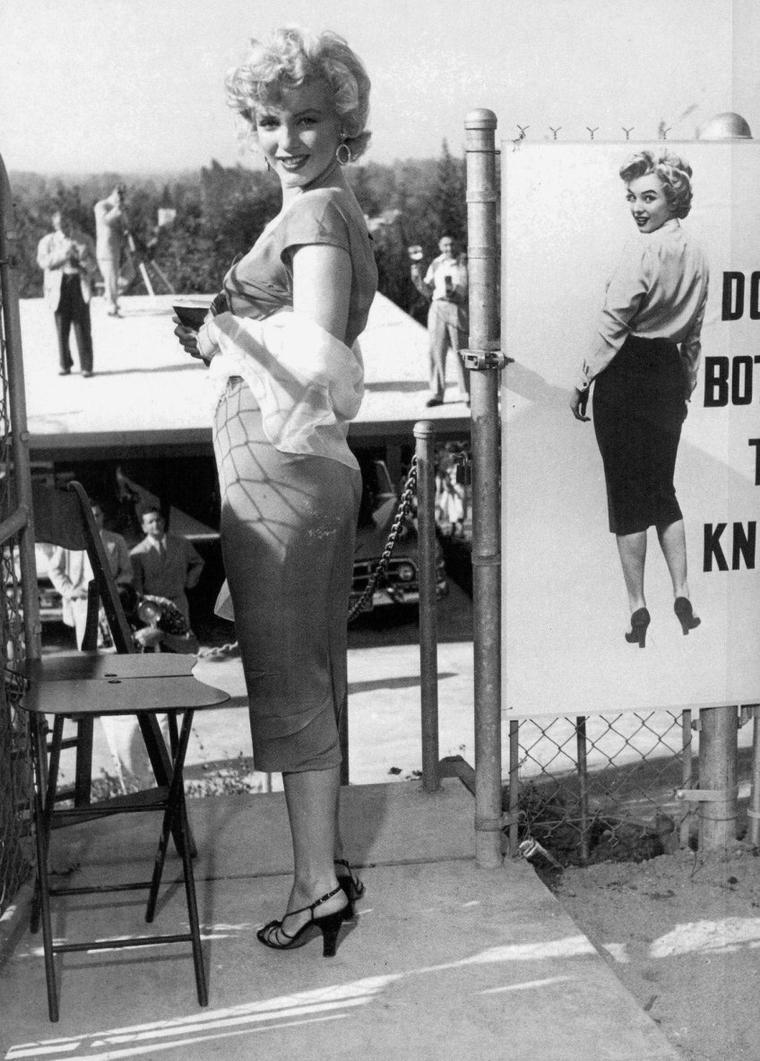 1952 / by Bob WILLOUGHBY... / Marilyn apparut à une réception organisée par la Fox chez le chef d'orchestre Ray ANTHONY pour l'enregistrement de la chanson « Marilyn » par Ervin DRAKE et Jimmy SHIRL. Marilyn, arrivée par hélicoptère, ravit les invités en jouant des percussions sous la direction de  Mickey ROONEY. (Ray ANTHONY party, part 2).